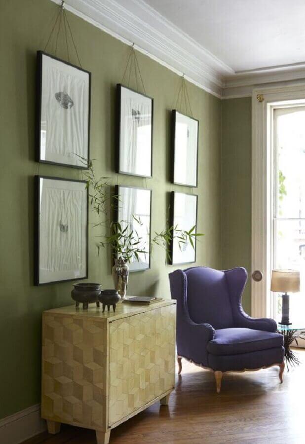 sala verde musgo decorada com poltrona roxa Foto Design Home Decor
