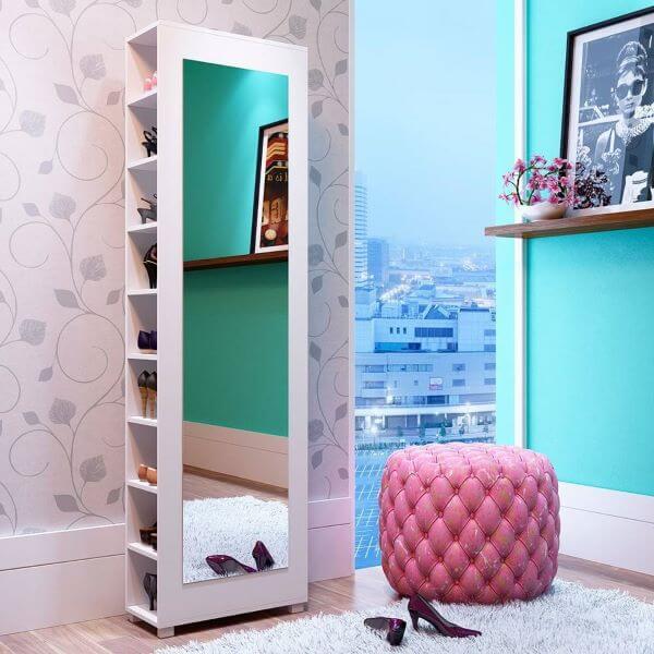 Sapateira de canto com espelho no quarto moderno