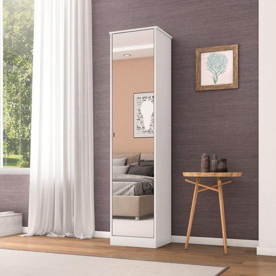 Sapateira de canto com espelho no quarto