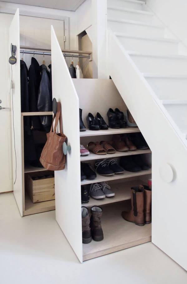Que tal aproveitar a sapateira de canto abaixo da escada