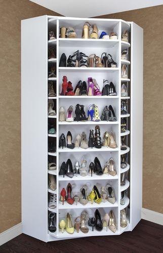 Sapateira de canto giratória com muitos sapatos