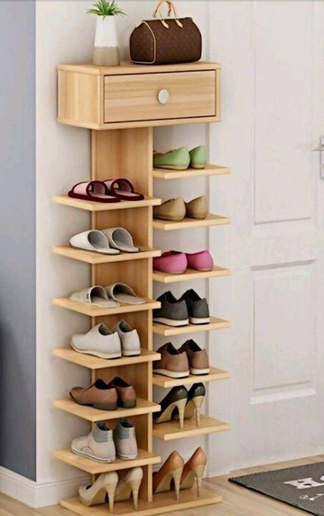 Sapateira de madeira pequena no quarto
