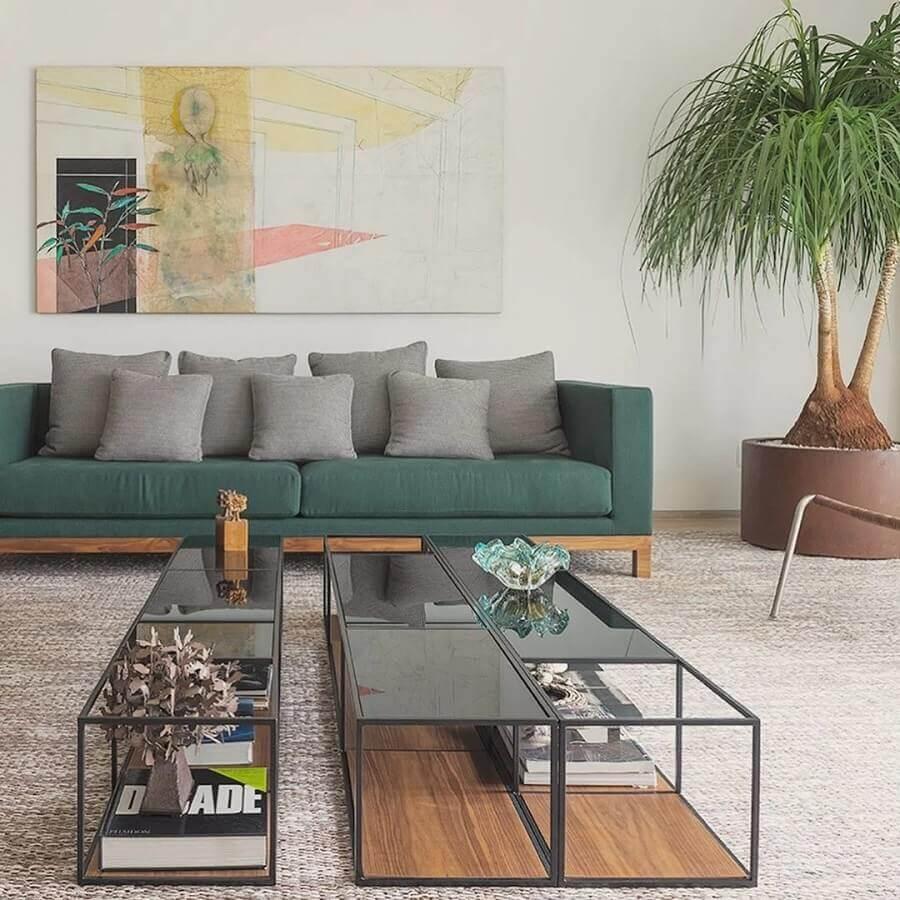 sofá de sala verde decorado com várias almofadas cinza Foto Carolina Rocco