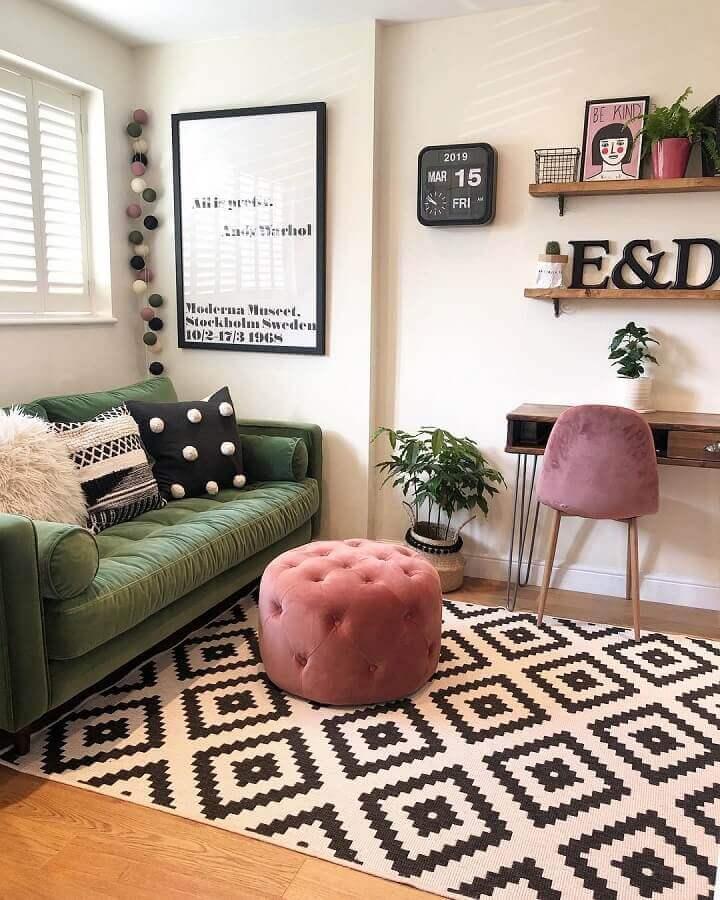 sofá para sala verde e branca decorada com puff rosa e tapete preto e branco Foto Eli Interiores