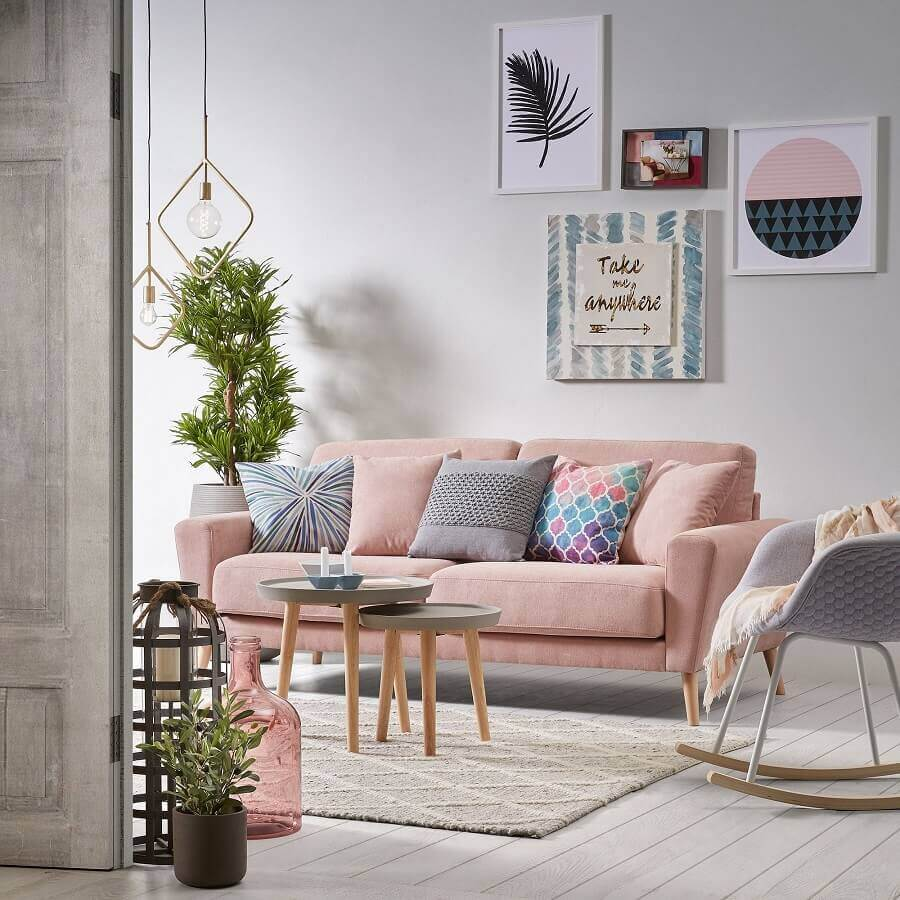 sofá rosa pastel decorado com almofadas coloridas Foto MdeMulher