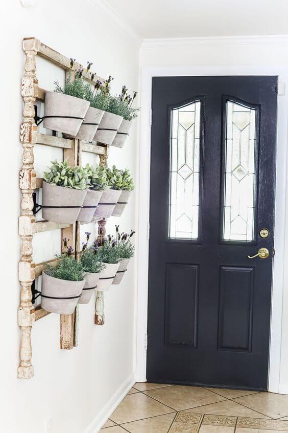 Suporte de vaso de parede na entrada de casa