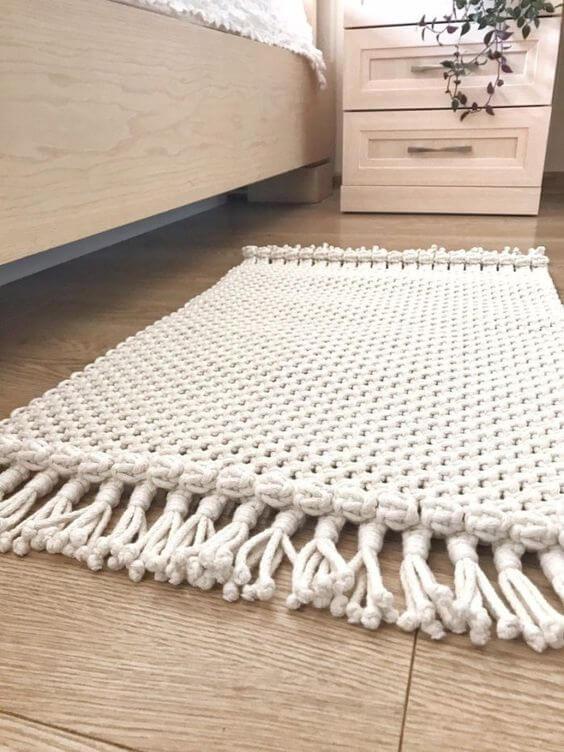 Quarto decorado com tapete artesanal na decoração