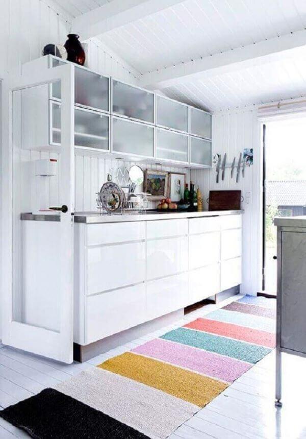 Cozinha decorada com tapete artesanal