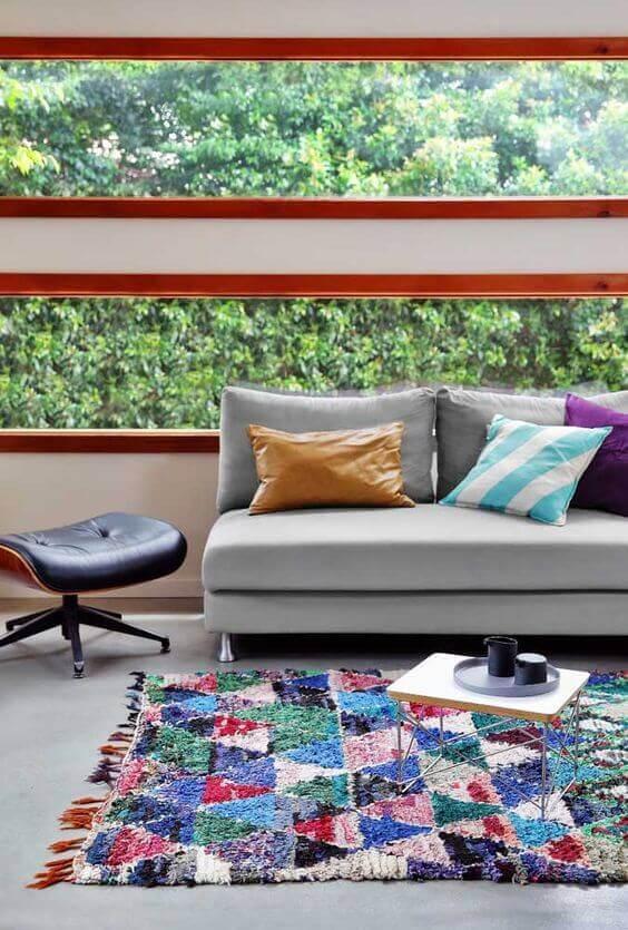 Sala moderna com tapete artesanal colorido