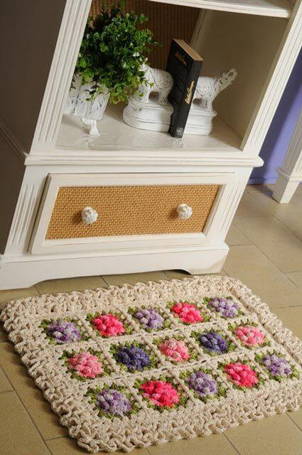 Sala de estar com tapete de crochê