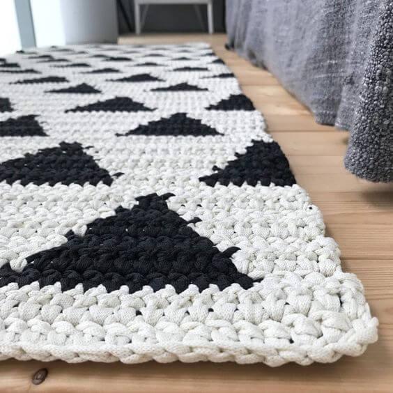 Quarto com tapete de de crochê preto e branco