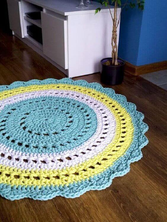 Sala de estar decorada com tapete artesanal de crochê