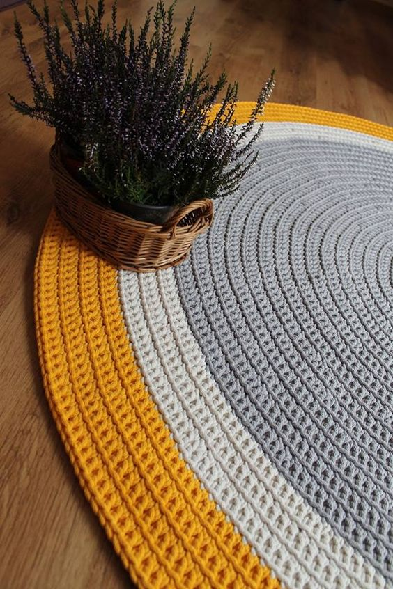 Tapete de crochê amarelo e cinza