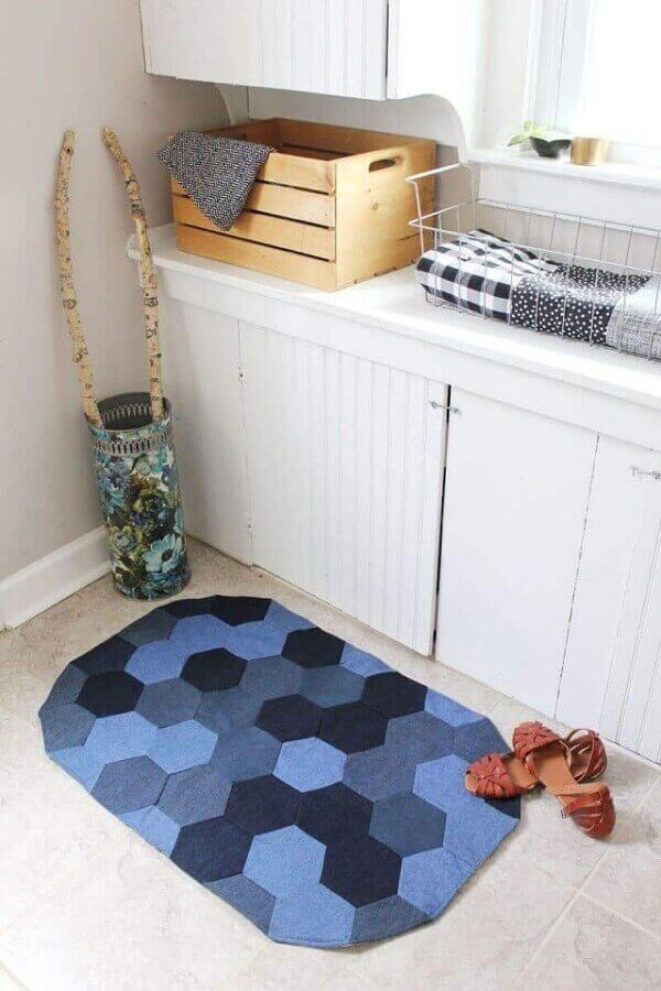 Lavanderia com tapete artesanal de tecido