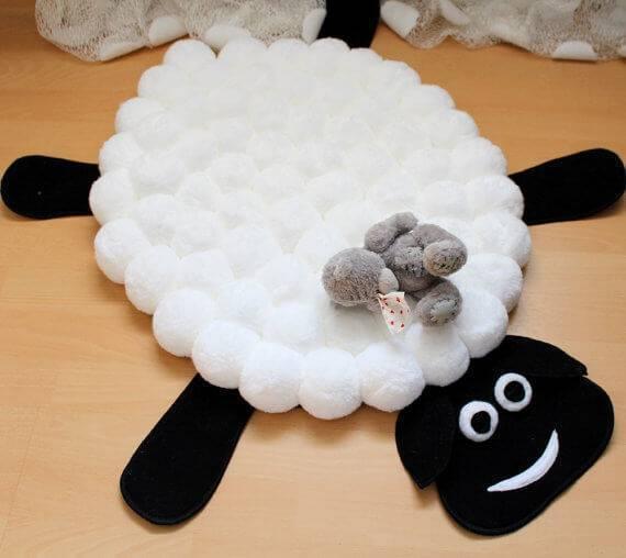 Tapete artesanal com pompom imitando ovelha