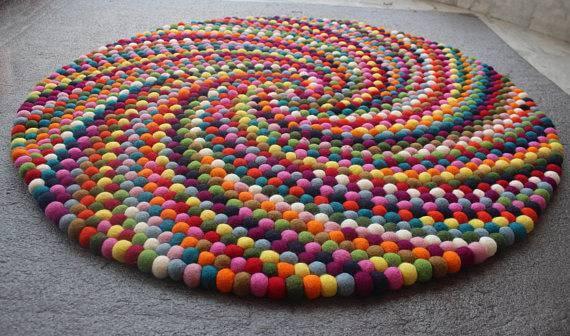 Tapete artesanal colorido com pompom
