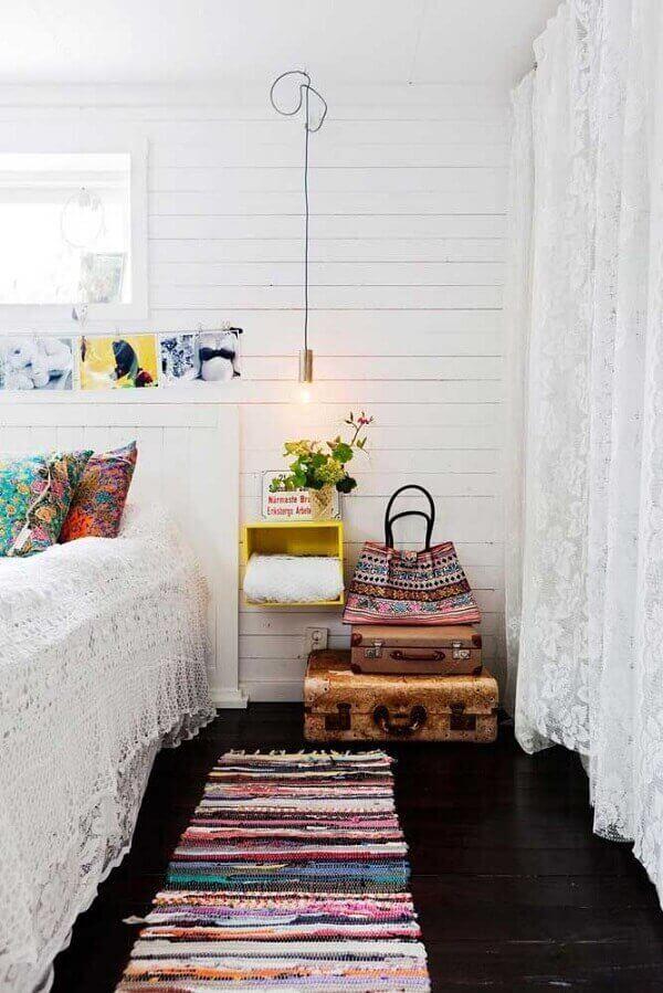 Tapete artesanal tear colorido no quarto moderno