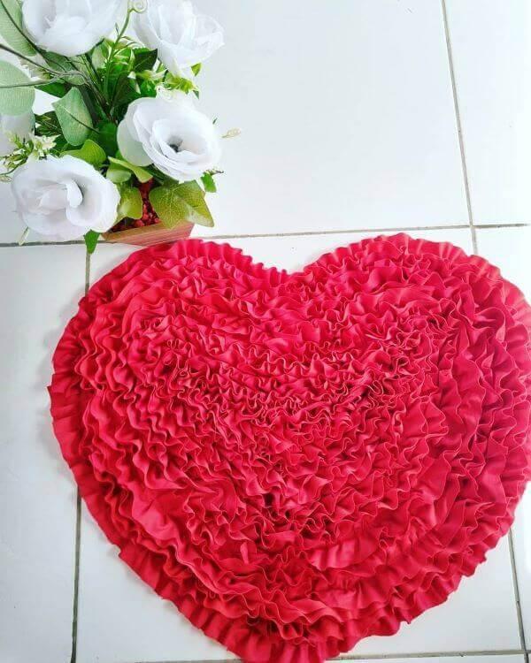 Tapete artesanal de frufru em formato de coração
