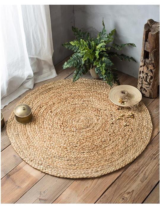 Tapete artesanal de palha na sala de estar