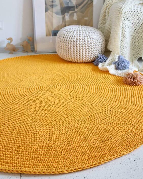 Tapete artesanal de crochê para com puff combinando