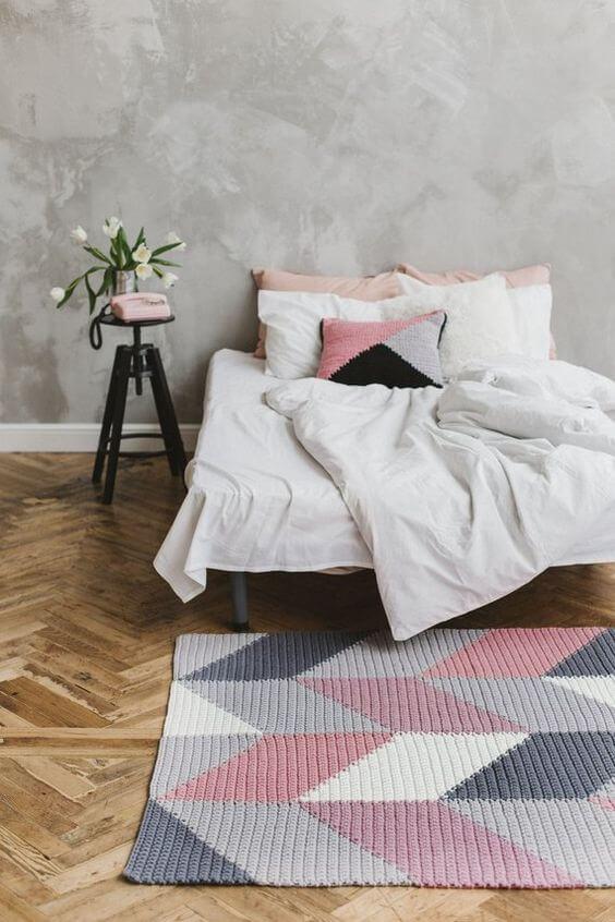 Quarto moderno com tapete artesanal rosa e cinza