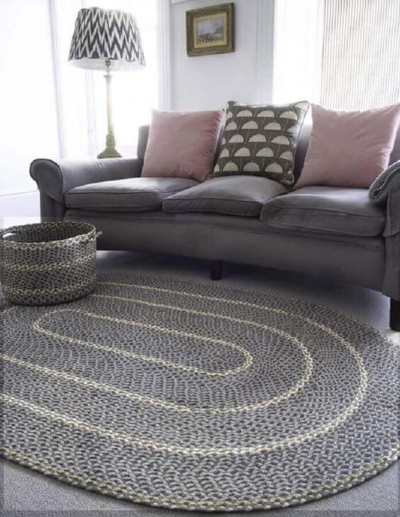 Sala com tapete cinza e sofá combinando