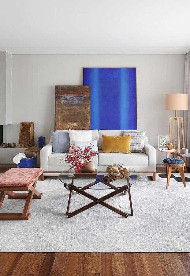 tapete para sala moderna decorada com almofadas coloridas e sofá branco Foto Pinterest