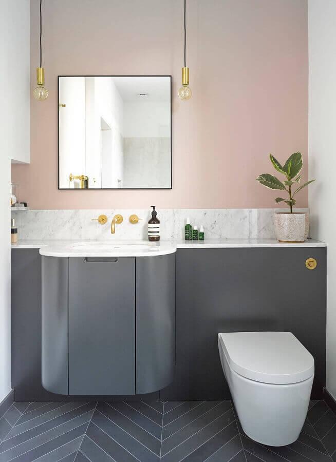 tinta rosa pastel para banheiro moderno planejado com gabinete cinza Foto Houzz