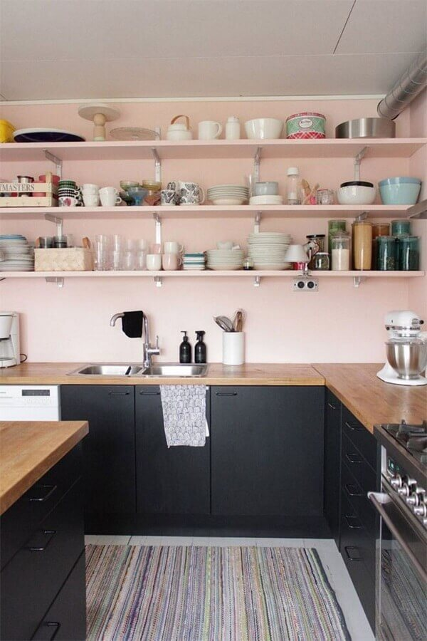 tinta rosa pastel para decoração de cozinha com armários pretos e bancada de madeira Foto DecoFeelings