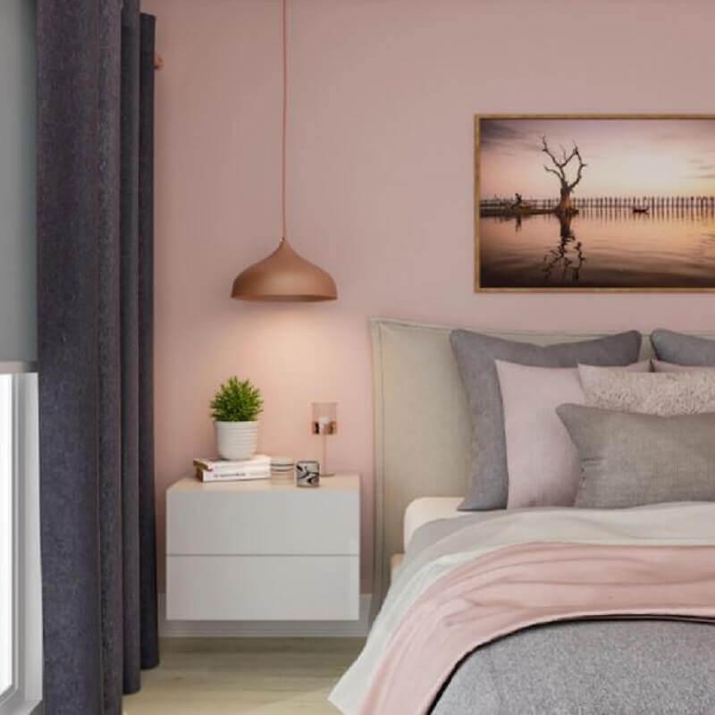 tinta rosa pastel para decoração de quarto de casal moderno com criado mudo espenso e cortina cinza Foto Pinterest