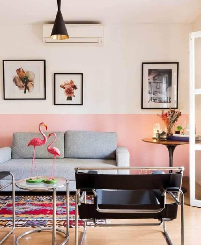 tinta rosa pastel para sala decorada com sofá cinza e poltronas pretas modernas Foto Pinterest