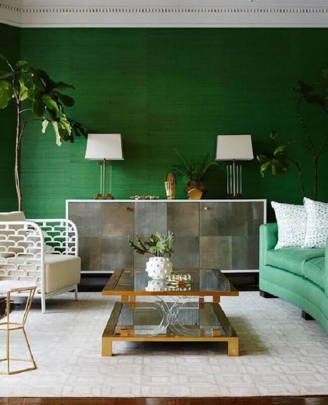 tinta verde esmeralda para sala decorada com poltrona branca moderna Foto Pinterest
