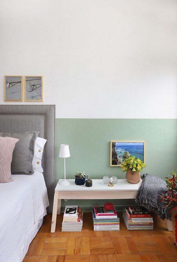 tinta verde menta para parede de quarto simples com cabeceira cinza Foto FNCR Arquitetura