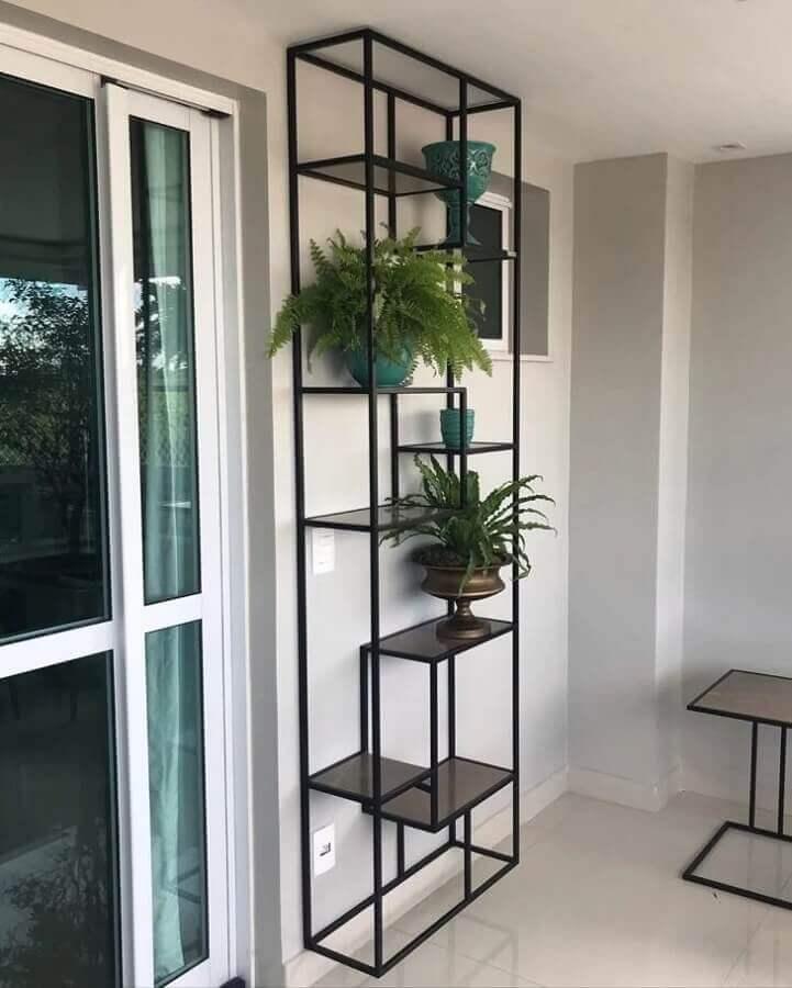 varanda decorada com estante industrial preta Foto Reserva Industrial