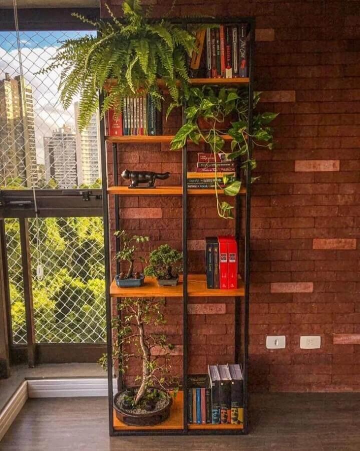 varanda rústica decorada com estante estilo industrial Foto Via Firenze
