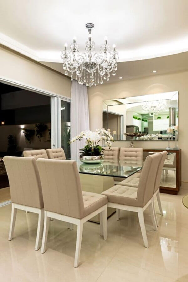vaso de flor para mesa de jantar decorada com lustre de cristal Foto Archello