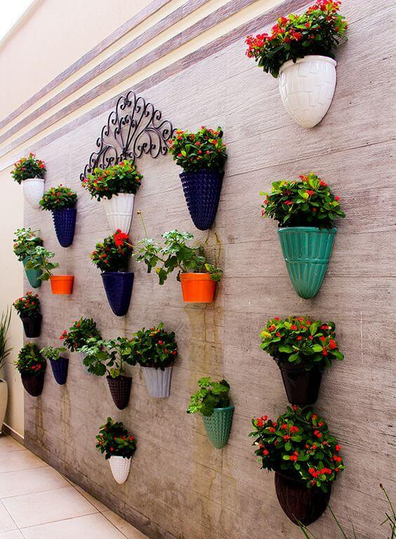 Vaso de parede meia lua colorido no corredor de casa