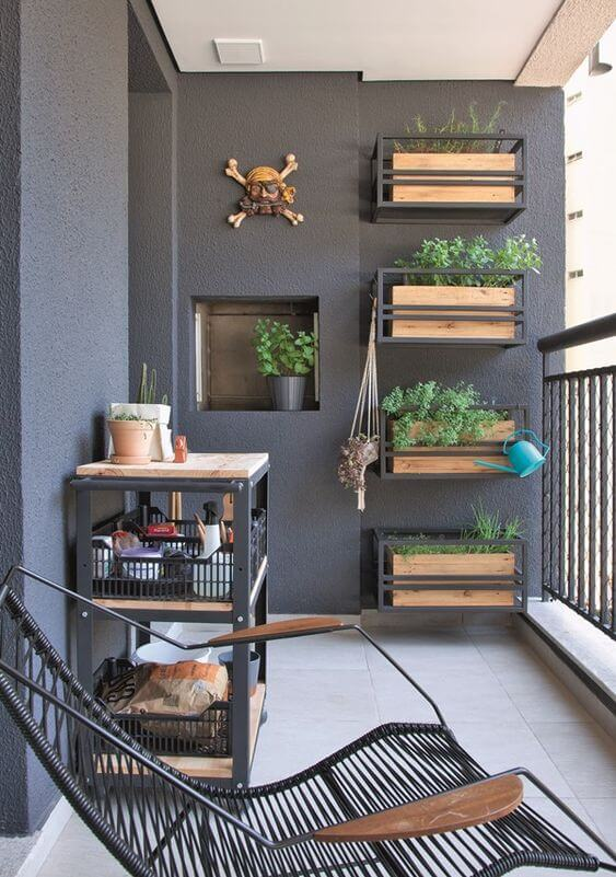 Varanda com vaso de parede de madeira