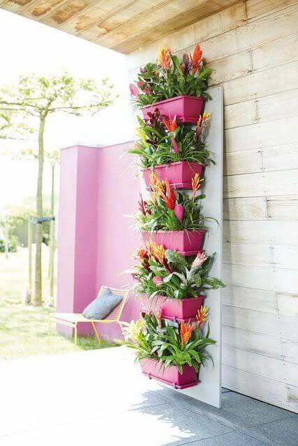 Vaso de parede com flores e plantas