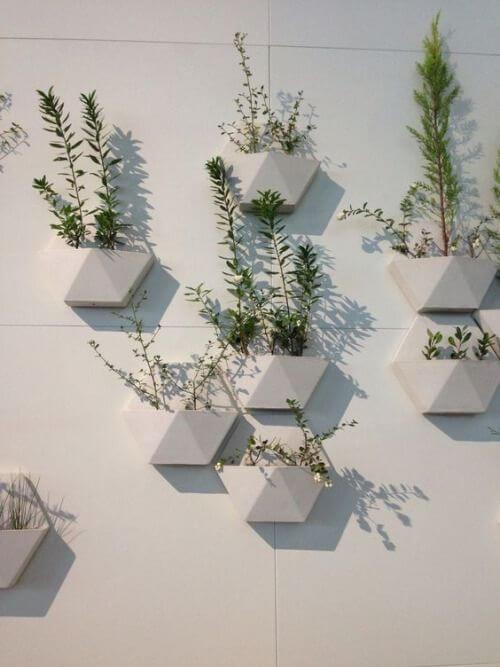 Vaso de parede decortivo no jardim