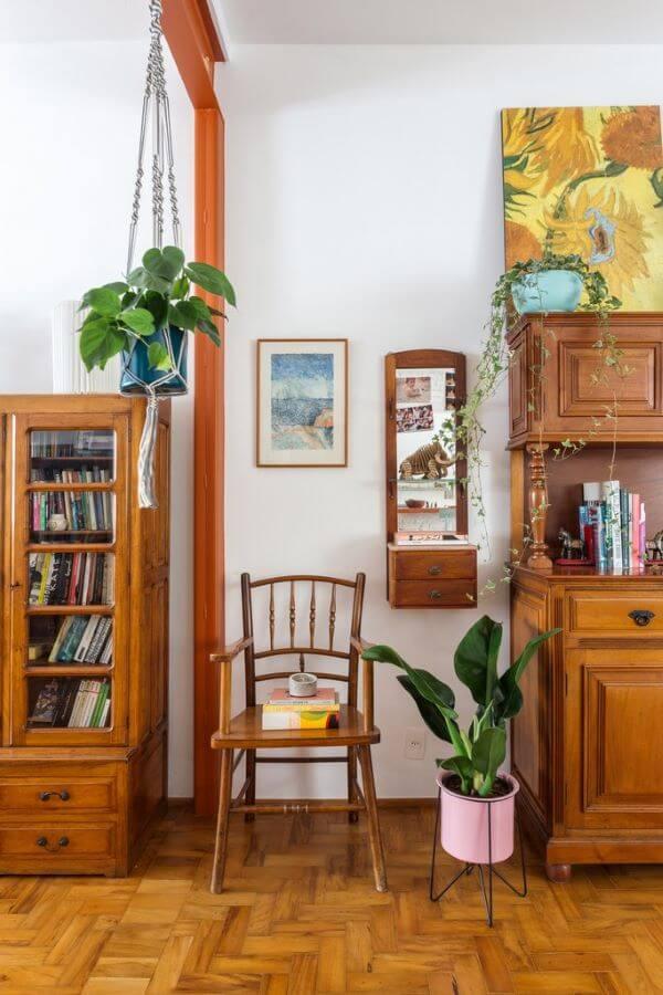 Vaso pacová com móveis de madeira
