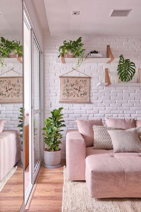 vasos com plantas para decoração de sala branca e rosa com parede de tijolinho à vista Foto Casa de Valentina