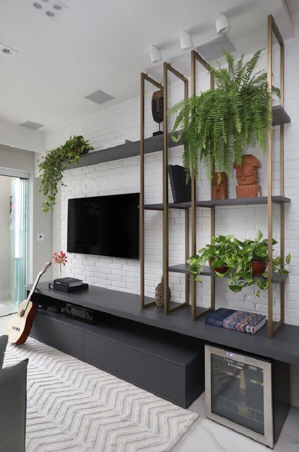 vasos com plantas para decoração de sala moderna com estante industrial Foto Mariana Orsi