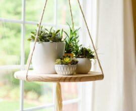 É possível criar estantes suspensas a partir do uso de cordas e madeira