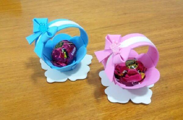 A cestinha de EVA acomoda doces