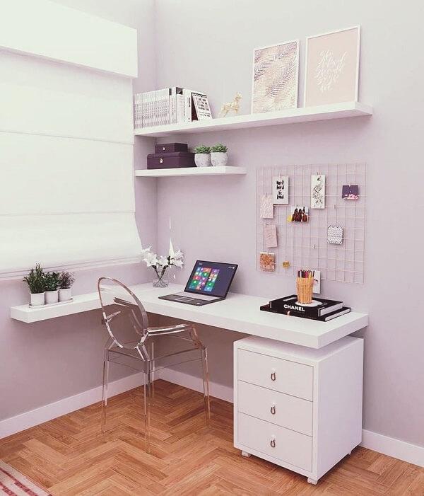 A escrivaninha de canto aproveita com sabedoria os espaços do ambiente