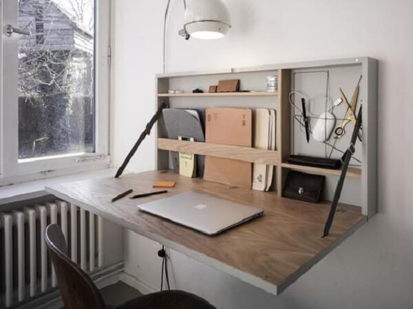A escrivaninha suspensa dobrável não passa despercebida no ambiente