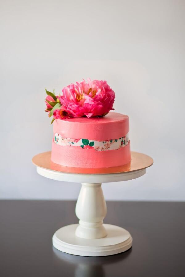 A flor Peônia de açúcar decora o topo do bolo