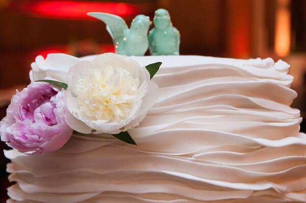 A flor Peônia decora delicadamente o bolo