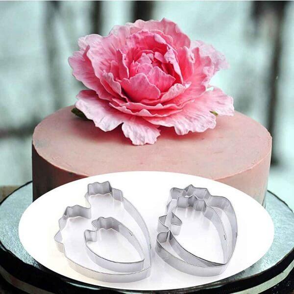 A flor Peônia feita de açúcar foi usada para decorar o bolo
